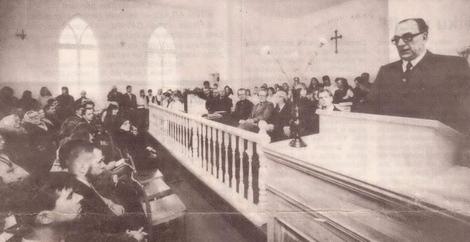 Baznīcas atklāšanas un iesvētīšanas dievkalpojumā 10.12.1995. Runā Haralds Anzevavs.
