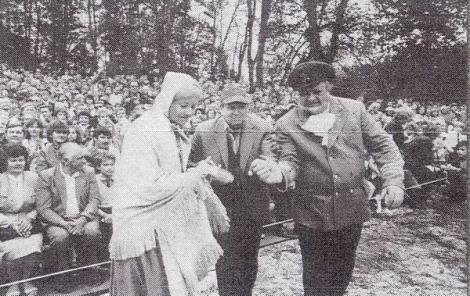 """Izrāde """"Didrika Taizeļa brīnišķīgie piedzīvojumi"""". 1987. gada jūnijs. Vidū izrādes autors Marģeris Zariņš. Avots: Skolotāju avīze. 27.06.1987."""