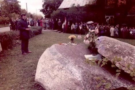 Represēto cilvēku piemiņas pasākums 25.03.1985. Centrā: Valdis Biķis.
