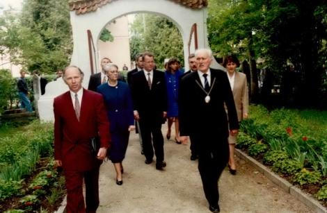 Pie Dundagas ev. lut. baznīcas. Priekšplānā no kreisās: Gunārs Laicāns, Aina Ulmane, Guntis Ulmanis, Teodors Freibergs.