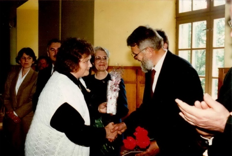 Dundagas pilī. Priekšplānā no kreisās: Anna Seile un Jānis Roga.