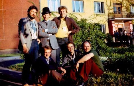 Pastendes kultūras nama diskotēka 28.05.1982. No kreisās: 1. rindā Ivars Šleiners (gaismas operators), Visvaldis Radelis (diskžokejs), Māris Matvejevs, 2. rindā Tālvaldis Ziņģis (skaņas operators), Gunārs Laicāns (diskotēkas vadītājs), Aivars Ciganovs.