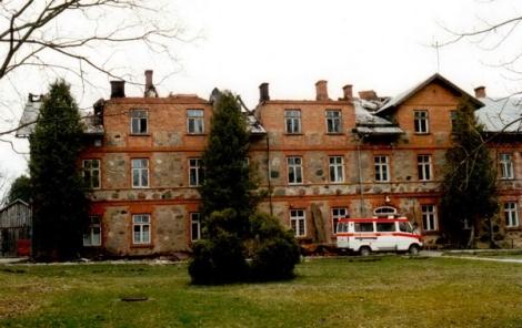 Dundagas slimnīca 1998. gadā pēc ugunsgrēka. Visvalža Biezbārža foto.