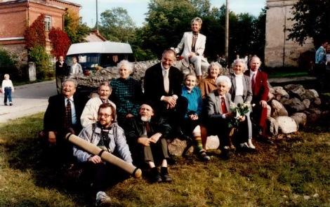 Atklājot krokodilu 1995. gada 22. septembrī. No kreisās: filmas direktors Leonīds Bērziņš, krokodila tēlnieks Oļegs Skarainis, viņam priekšā skaņu operators Andris, operators Ivars Seleckis, aiz viņa - filmas dalībniece Hilda Vitmane, konsuls Norberts Klaucēns, filmas dalībnieces Emma Sileviča, Marta Kajaka, scenārists Imants Ziedonis, Ausma Leismane, Dundagas pagasta vecākais Gunārs Laicāns. Uz krokodila - Latvijas goda konsuls Islandē Jana Balode. Foto: Visvaldis Biezbārdis.