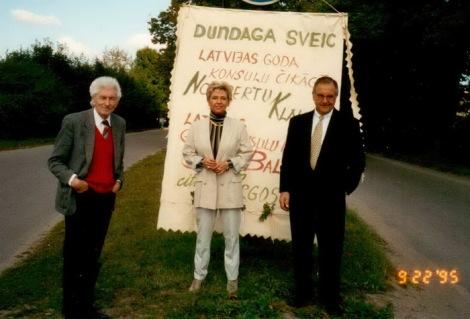 Dundaga sagaida viesus. No kreisās: Imants Ziedonis, Jana Balode, Norberts Klaucēns.