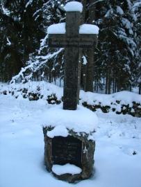 Friža un Līzes Adamoviču kapakmens Dingu kapos.