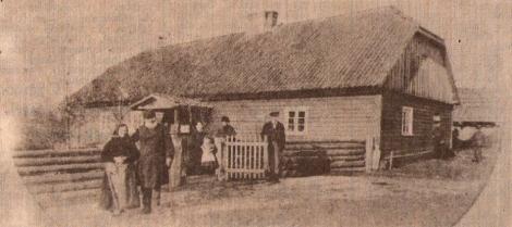 Dingu mājas 1889. ga¬dā. No kreisās Līze un Frīds Adamoviči. V. FRĒLIHA fotoreprodukcija