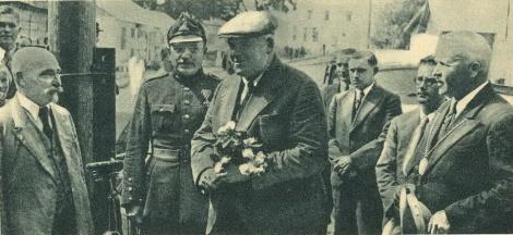 Pie Dundagas pils vārtiem. Vidū valsts prezidents Dr. K. Ulmanis. No viņa pa kreisi: Ventspils apr. pr-ka palīgs Lepše un pa labi pagasta vecākais V. Legzdiņš un prezidenta sekretārs J. Cimmermanis.