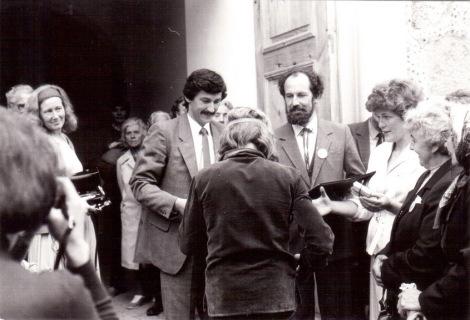 Restaurētās Mazirbes luterāņu baznīcas atklāšana 1988. gada 4. septembrī. Centrā A. Bērziņš un A. Zumbergs.