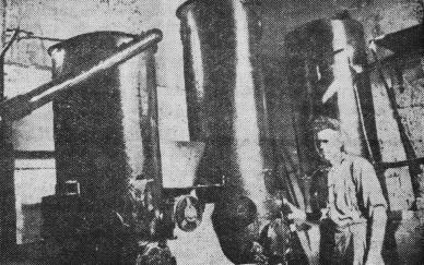Elektromehāniķis b. O. Lasmanis jaunceltās elektrostacijas gāzģeneratoru telpā. Foto A. Berķis.
