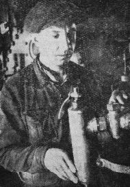 Mehāniķis b. R. Vegmanis darbā. Foto A. Berķis.