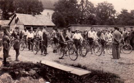 Vienības brauciena dalībniekus pavada no Dundagas 1937.gada 4. septembrī