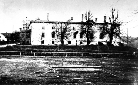 Skats uz 1905. gada 1. decembrī nodedzināto Dundagas pili no DR. Foto A.Kāpostiņa fondā Nacionālā bibliotēkas Reto grāmatu un rokrakstu nodaļā R x/7.